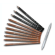 11 darab ceruza legyező szerűen kipakolva és egy fehér satírozó rúd