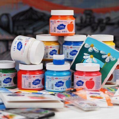 500 ml-es tempera dobozok különböző színűek egymásra pakolva festménnyel